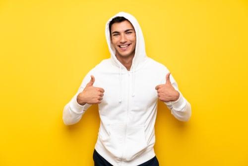 OKサインを出す男性の画像