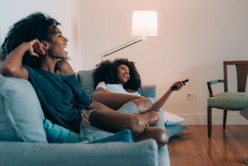 のんびり動画を楽しむ女性の画像