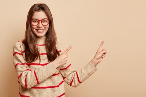 指をさしている女性の画像