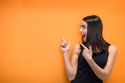おすすめする女性の画像