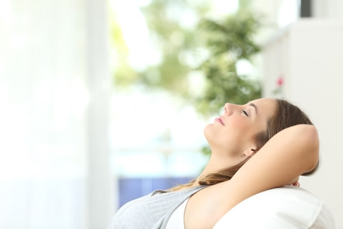 リラックスする女性の画像