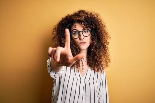 注意を促す女性の画像