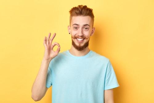 OKサインをする男性の画像
