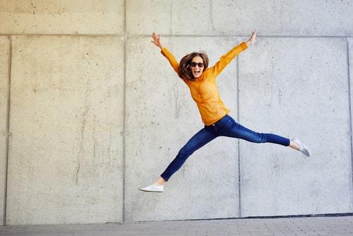 ジャンプして喜ぶ女性の画像