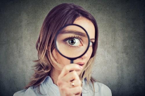 注意点を確認する人の画像