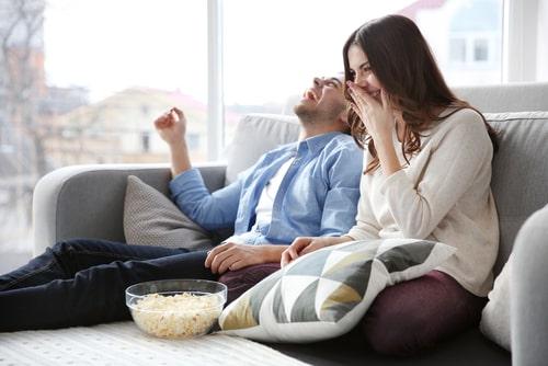 動画を楽しむカップルの画像