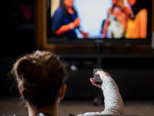 テレビを見る女性の画像