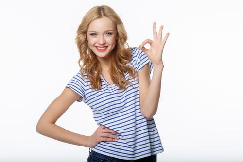 OKサインをする女性の画像