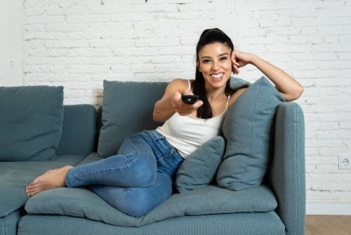 リラックスしながら動画を楽しむ人の画像