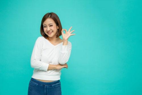 OKサインをする女の子の画像